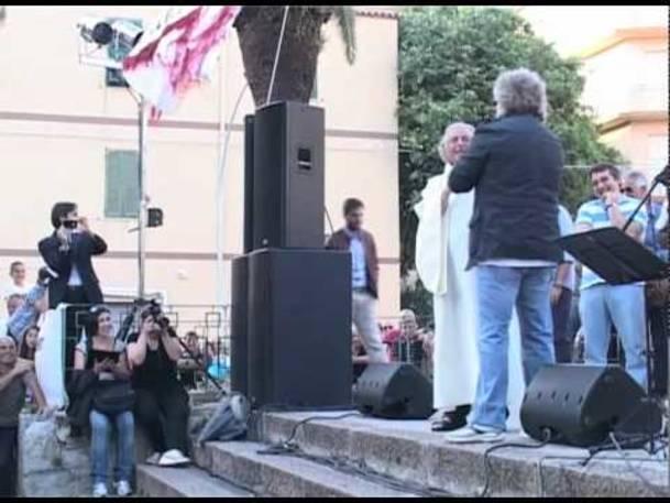Prete interrompe il comizio di Beppe Grillo ad Alghero